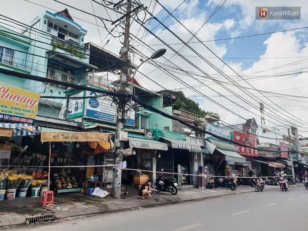 Nhiều tuyến đường ở Sài Gòn được giăng dây, lập hàng rào hạn chế để dẹp chợ tự phát - Ảnh 14.