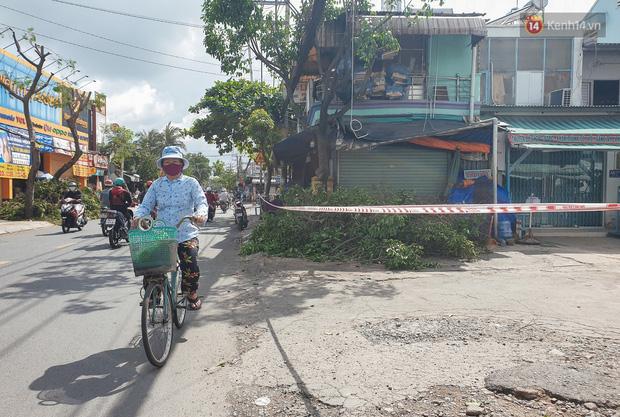 Nhiều tuyến đường ở Sài Gòn được giăng dây, lập hàng rào hạn chế để dẹp chợ tự phát - Ảnh 16.