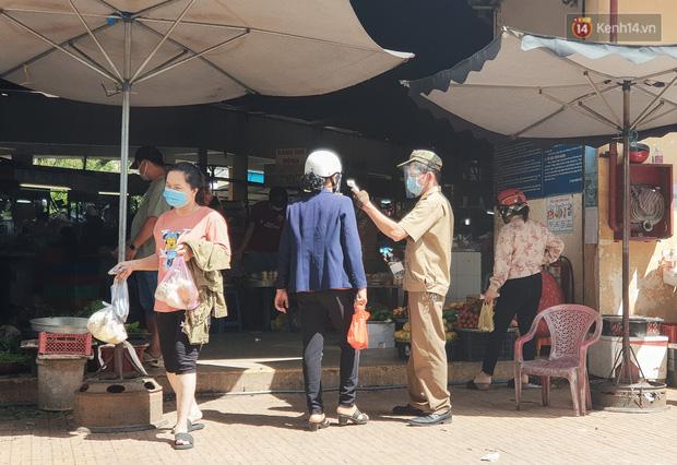 Nhiều tuyến đường ở Sài Gòn được giăng dây, lập hàng rào hạn chế để dẹp chợ tự phát - Ảnh 17.