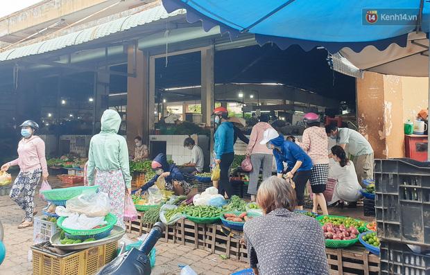 Nhiều tuyến đường ở Sài Gòn được giăng dây, lập hàng rào hạn chế để dẹp chợ tự phát - Ảnh 19.