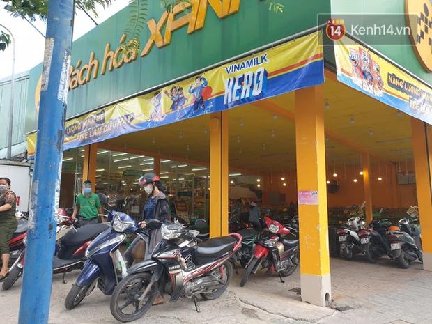 Nhiều tuyến đường ở Sài Gòn được giăng dây, lập hàng rào hạn chế để dẹp chợ tự phát - Ảnh 20.