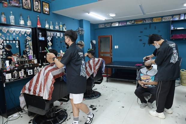 Ảnh: Sau gần 1 tháng chờ đợi, người dân đi cắt tóc gội đầu ngay trong sáng đầu tiên Hà Nội nới lỏng các dịch vụ - Ảnh 3.
