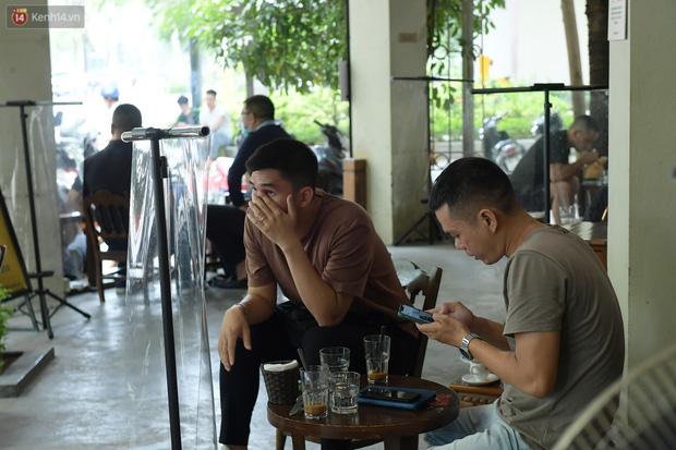 Ảnh: Sau gần 1 tháng, dân công sở lại được thảnh thơi ăn quán, uống cà phê vào giờ nghỉ trưa - Ảnh 3.