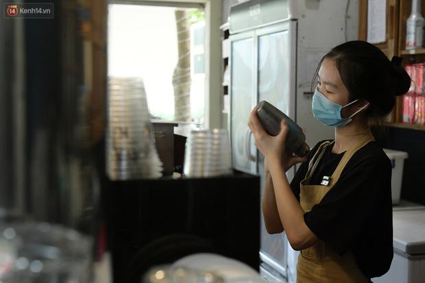 Ảnh: Sau gần 1 tháng, dân công sở lại được thảnh thơi ăn quán, uống cà phê vào giờ nghỉ trưa - Ảnh 4.