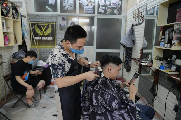 Ảnh: Sau gần 1 tháng chờ đợi, người dân đi cắt tóc gội đầu ngay trong sáng đầu tiên Hà Nội nới lỏng các dịch vụ - Ảnh 5.