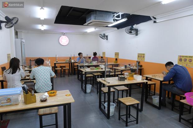 Ảnh: Sau gần 1 tháng, dân công sở lại được thảnh thơi ăn quán, uống cà phê vào giờ nghỉ trưa - Ảnh 5.
