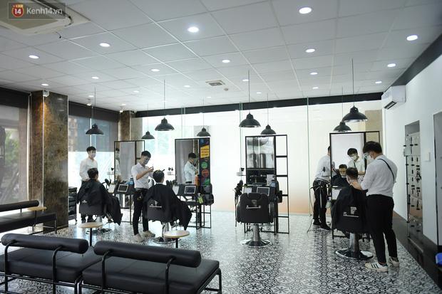 Ảnh: Sau gần 1 tháng chờ đợi, người dân đi cắt tóc gội đầu ngay trong sáng đầu tiên Hà Nội nới lỏng các dịch vụ - Ảnh 6.