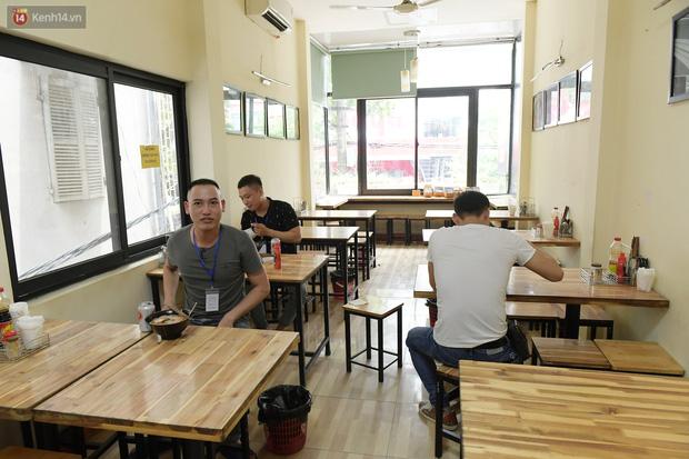 Ảnh: Sau gần 1 tháng, dân công sở lại được thảnh thơi ăn quán, uống cà phê vào giờ nghỉ trưa - Ảnh 6.