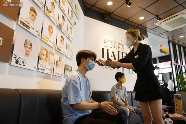 Ảnh: Sau gần 1 tháng chờ đợi, người dân đi cắt tóc gội đầu ngay trong sáng đầu tiên Hà Nội nới lỏng các dịch vụ - Ảnh 7.