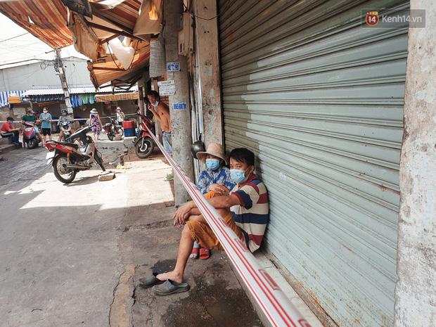 Nhiều tuyến đường ở Sài Gòn được giăng dây, lập hàng rào hạn chế để dẹp chợ tự phát - Ảnh 7.
