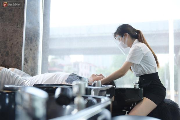 Ảnh: Sau gần 1 tháng chờ đợi, người dân đi cắt tóc gội đầu ngay trong sáng đầu tiên Hà Nội nới lỏng các dịch vụ - Ảnh 8.
