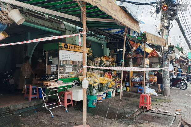Nhiều tuyến đường ở Sài Gòn được giăng dây, lập hàng rào hạn chế để dẹp chợ tự phát - Ảnh 8.