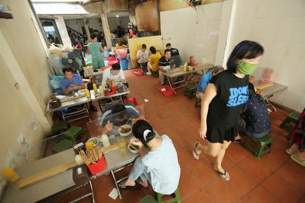 Ảnh: Sau gần 1 tháng, dân công sở lại được thảnh thơi ăn quán, uống cà phê vào giờ nghỉ trưa - Ảnh 8.