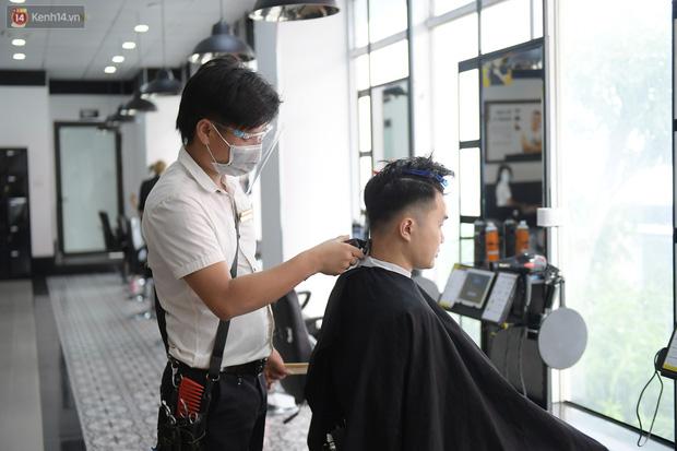 Ảnh: Sau gần 1 tháng chờ đợi, người dân đi cắt tóc gội đầu ngay trong sáng đầu tiên Hà Nội nới lỏng các dịch vụ - Ảnh 9.