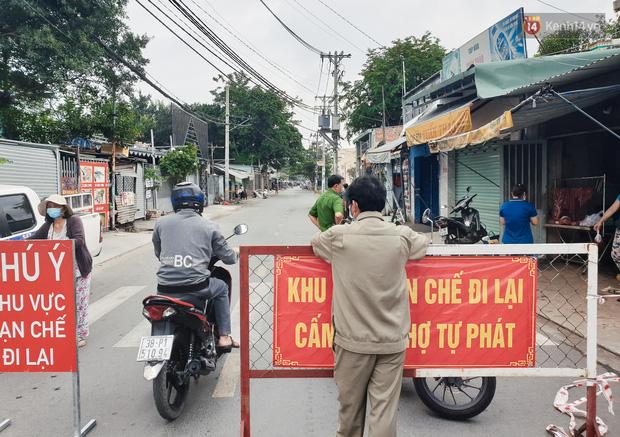 Nhiều tuyến đường ở Sài Gòn được giăng dây, lập hàng rào hạn chế để dẹp chợ tự phát - Ảnh 9.