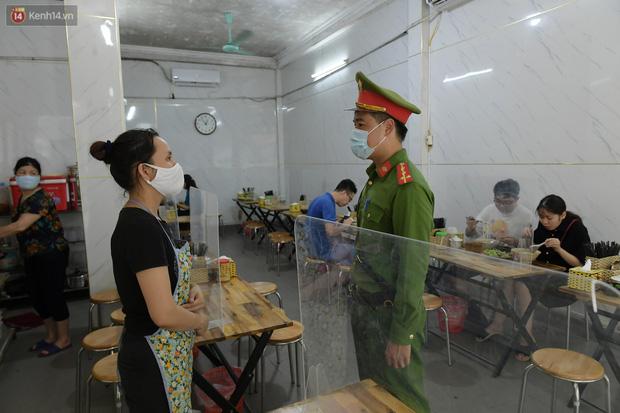 Ảnh: Sau gần 1 tháng, dân công sở lại được thảnh thơi ăn quán, uống cà phê vào giờ nghỉ trưa - Ảnh 9.