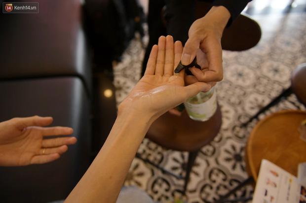 Ảnh: Sau gần 1 tháng chờ đợi, người dân đi cắt tóc gội đầu ngay trong sáng đầu tiên Hà Nội nới lỏng các dịch vụ - Ảnh 10.