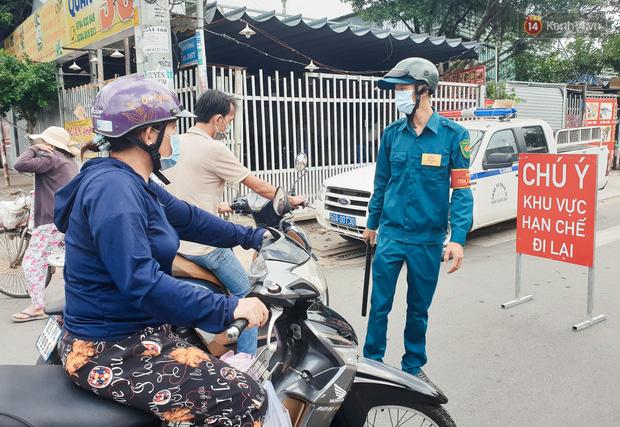 Nhiều tuyến đường ở Sài Gòn được giăng dây, lập hàng rào hạn chế để dẹp chợ tự phát - Ảnh 10.