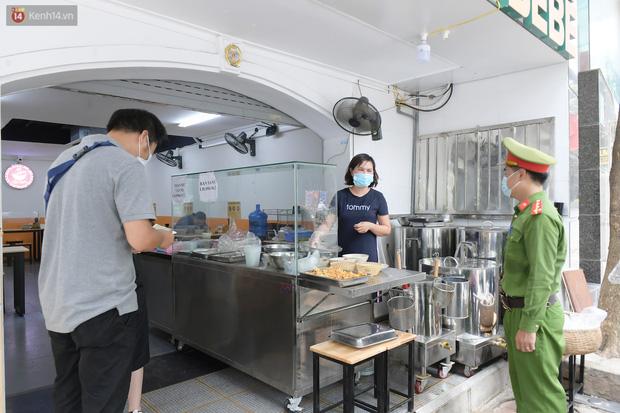 Ảnh: Sau gần 1 tháng, dân công sở lại được thảnh thơi ăn quán, uống cà phê vào giờ nghỉ trưa - Ảnh 10.