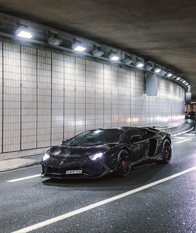 Lamborghini Aventador đính 2 triệu viên pha lê của nữ người mẫu 28 tuổi tái xuất trên đường phố - Ảnh 1.