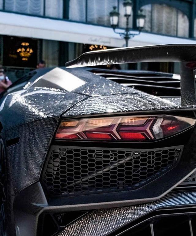 Lamborghini Aventador đính 2 triệu viên pha lê của nữ người mẫu 28 tuổi tái xuất trên đường phố - Ảnh 8.