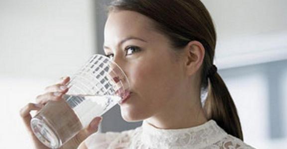 5 loại nước tuyệt đối KHÔNG được uống khi vừa ngủ dậy buổi sáng, những người sau 40 tuổi càng phải cố gắng lưu ý  - Ảnh 1.