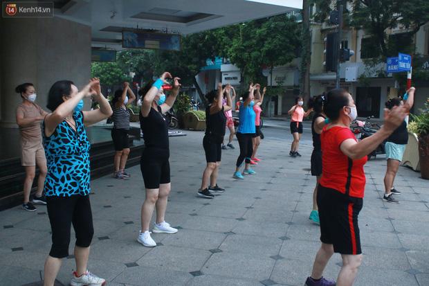 Ảnh: Người dân Thủ đô phấn khởi ra khỏi nhà từ sáng sớm để tập thể dục trở lại sau quy định mới - Ảnh 2.
