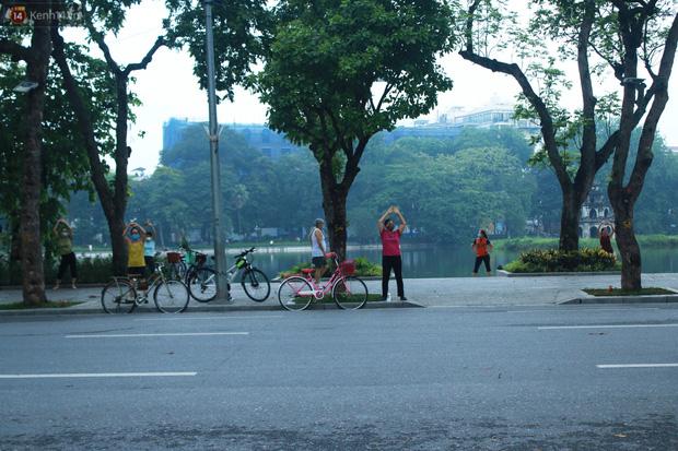 Ảnh: Người dân Thủ đô phấn khởi ra khỏi nhà từ sáng sớm để tập thể dục trở lại sau quy định mới - Ảnh 6.