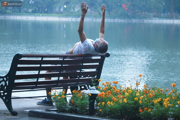 Ảnh: Người dân Thủ đô phấn khởi ra khỏi nhà từ sáng sớm để tập thể dục trở lại sau quy định mới - Ảnh 7.