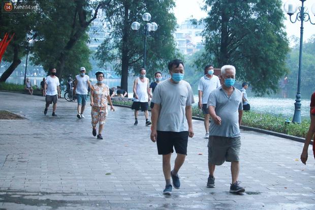 Ảnh: Người dân Thủ đô phấn khởi ra khỏi nhà từ sáng sớm để tập thể dục trở lại sau quy định mới - Ảnh 8.