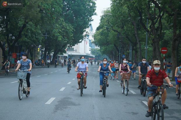 Ảnh: Người dân Thủ đô phấn khởi ra khỏi nhà từ sáng sớm để tập thể dục trở lại sau quy định mới - Ảnh 10.