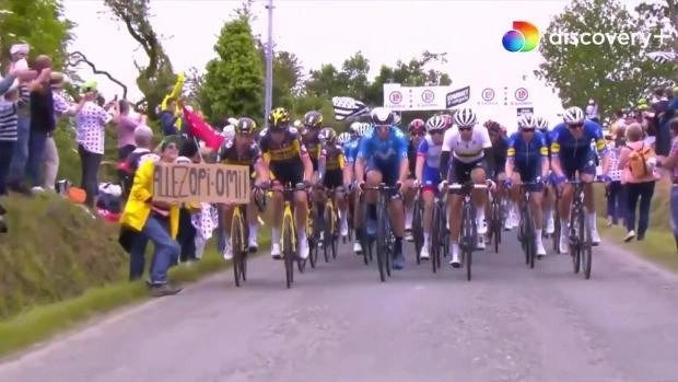 Khoảnh khắc VĐV giải Tour de France bị xô ngã, xe sau chèn qua người gây kinh hãi, cả đường đua hỗn loạn chưa từng thấy - Ảnh 3.