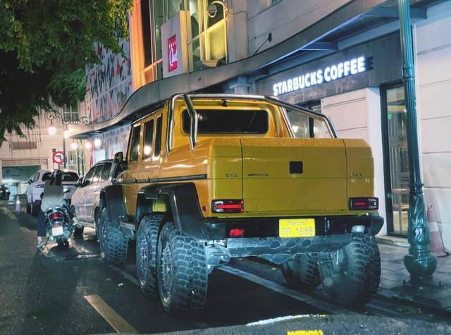 Mercedes-Benz G63 6x6 độc nhất vô nhị trong lần hiếm hoi lên phố cổ Hà Nội: Rộng gần nửa đường, dài gấp rưỡi xe xung quanh - Ảnh 1.