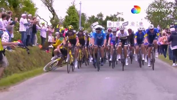 Khoảnh khắc VĐV giải Tour de France bị xô ngã, xe sau chèn qua người gây kinh hãi, cả đường đua hỗn loạn chưa từng thấy - Ảnh 4.