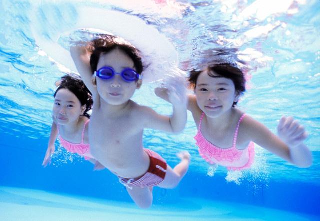 Đây chính là màu sắc quần áo bơi bố mẹ nên mua để dễ dàng phát hiện khi con gặp nguy hiểm dưới nước - Ảnh 1.
