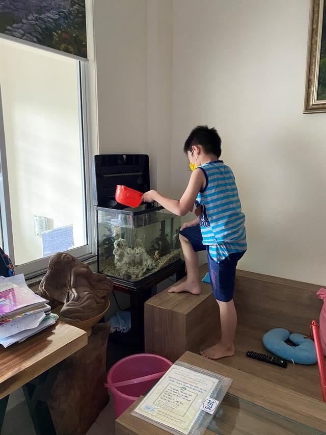 Bé trai 7 tuổi đánh bại COVID-19 bằng hành trình độc mã đầy dũng cảm từ lúc đi cách ly cho tới khi về nhà khiến người lớn cũng phải cảm phục - Ảnh 4.
