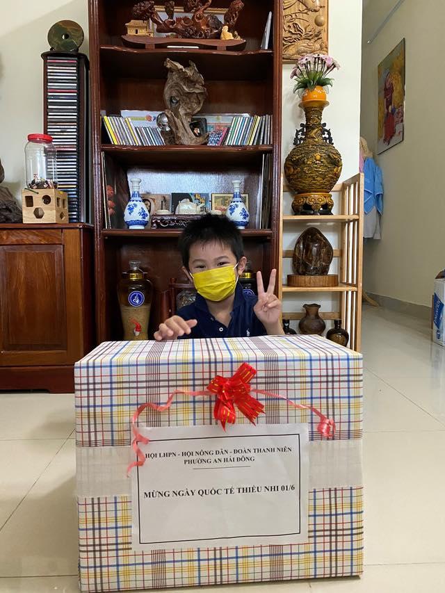 Bé trai 7 tuổi đánh bại COVID-19 bằng hành trình độc mã đầy dũng cảm từ lúc đi cách ly cho tới khi về nhà khiến người lớn cũng phải cảm phục - Ảnh 5.