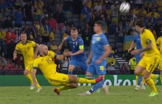 Cẳng chân của cầu thủ Ukraine bị đối thủ Thuỵ Điển đạp thành hình gấp khúc - Ảnh 1.