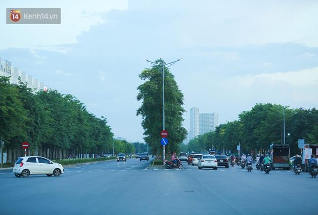 Ảnh: Đại lộ nghìn tỷ Chu Văn An nhếch nhác rác thải, vật liệu xây dựng sau 7 năm thi công - Ảnh 1.