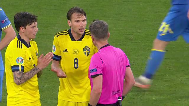 Cẳng chân của cầu thủ Ukraine bị đối thủ Thuỵ Điển đạp thành hình gấp khúc - Ảnh 4.