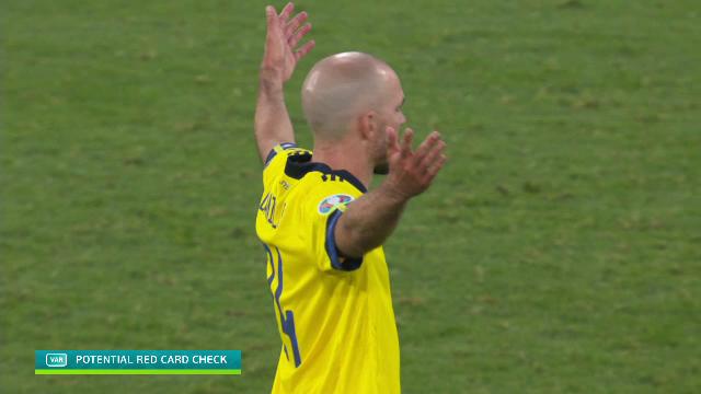 Cẳng chân của cầu thủ Ukraine bị đối thủ Thuỵ Điển đạp thành hình gấp khúc - Ảnh 5.