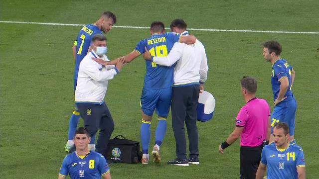 Cẳng chân của cầu thủ Ukraine bị đối thủ Thuỵ Điển đạp thành hình gấp khúc - Ảnh 6.