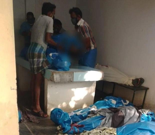 Tiếp tục thảm cảnh ở Ấn Độ: Thi thể bệnh nhân Covid-19 bọc kín nằm la liệt trên mặt đất, đánh đố thân nhân phải chọn đúng xác người nhà mà mang về - Ảnh 1.