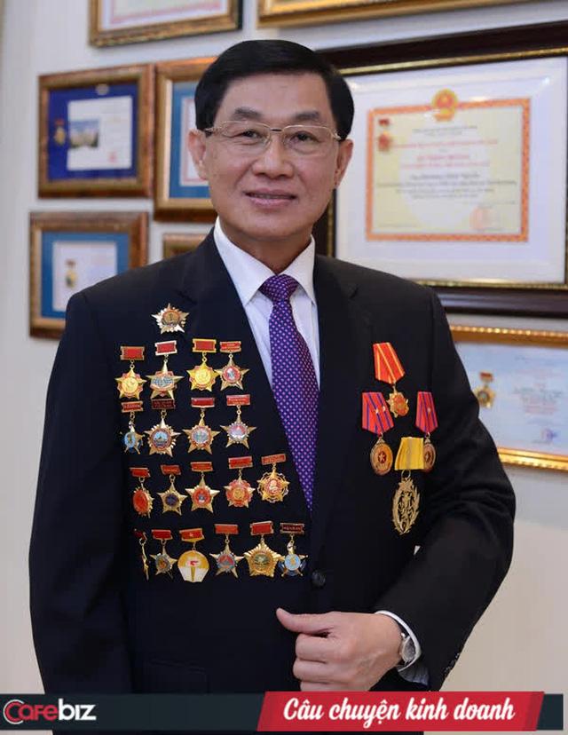 """Trước khi là Vua hàng hiệu đình đám, ông Johnathan Hạnh Nguyễn đã là """"ông hoàng sân bay"""" suốt 30 năm - Ảnh 1."""