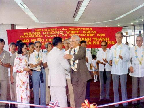 """Trước khi là Vua hàng hiệu đình đám, ông Johnathan Hạnh Nguyễn đã là """"ông hoàng sân bay"""" suốt 30 năm - Ảnh 2."""
