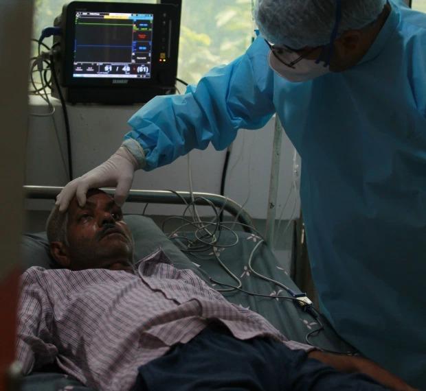 Tiếp tục thảm cảnh ở Ấn Độ: Thi thể bệnh nhân Covid-19 bọc kín nằm la liệt trên mặt đất, đánh đố thân nhân phải chọn đúng xác người nhà mà mang về - Ảnh 3.