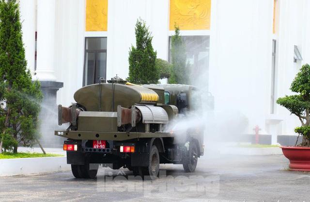 Cận cảnh Quân đội phun hóa chất khử khuẩn tại 'điểm nóng' Hữu Lũng (Lạng Sơn)  - Ảnh 7.