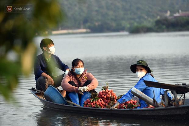 Ảnh: Công an huyện Lục Ngạn, Bắc Giang chung tay thu hoạch vải cùng bà con ngay từ đầu vụ - Ảnh 11.