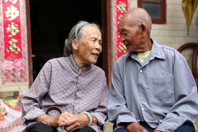 Cặp vợ chồng 82 tuổi vẫn vô cùng khỏe mạnh, minh mẫn: Bí quyết của họ đến từ việc ăn ít cơm, nhưng tăng cường 3 món siêu đơn giản - Ảnh 1.