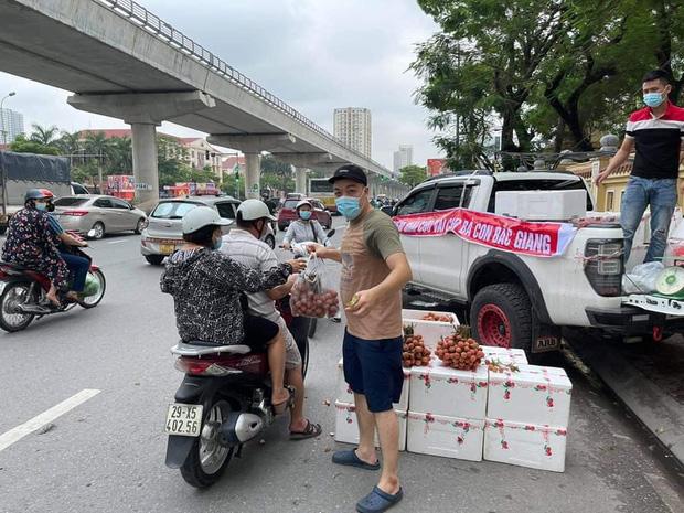Hình ảnh người đàn ông lái xe Mercedes G63 trị giá 10 tỷ đi bán vải trên phố Hà Nội gây bão MXH - Ảnh 2.
